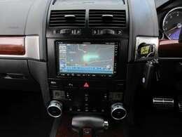 社外HDDナビも装備しておりますので、遠出の際安心できますね♪バックカメラも装備しておりますので、駐車の際も楽々です♪輸入車では、取り付けが高額となる社外ナビが既に付いており、お得ですね♪