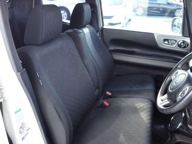 【ベンチシート】フロントシートはベンチシートです、運転席と助手席の移動が簡単です。真ん中には肘掛けも装備されています!