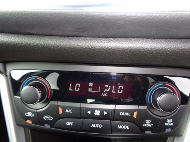 運転席と助手席でそれぞれに温度設定が可能な左右独立温度調節機能付きフルオートエアコンを装備♪