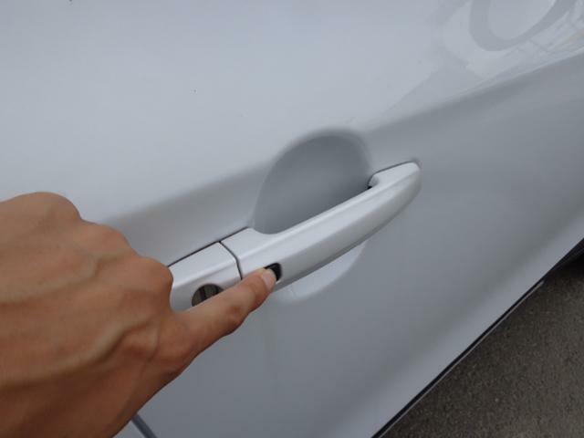 ポケットにキーが入ったままでも指先ひとつでドアの開閉が可能です