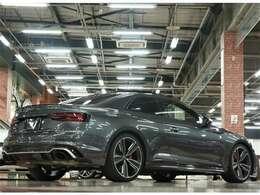 カーボンスタイリングPKG(マットアルミニウム)参考価格¥630,000・フロントスポイラー・シルエクステンションインサート・リアスポイラー・リアデュフェーサーインサート・エンジンカバー