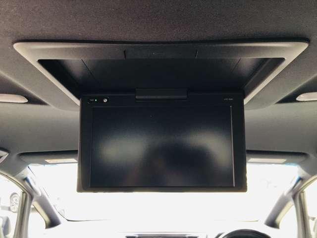 【 フリップダウンモニター 】天井にはフリップダウンモニターも装備されております♪お子様など、ロングドライブでも退屈せず楽しくお過ごしいただけます。