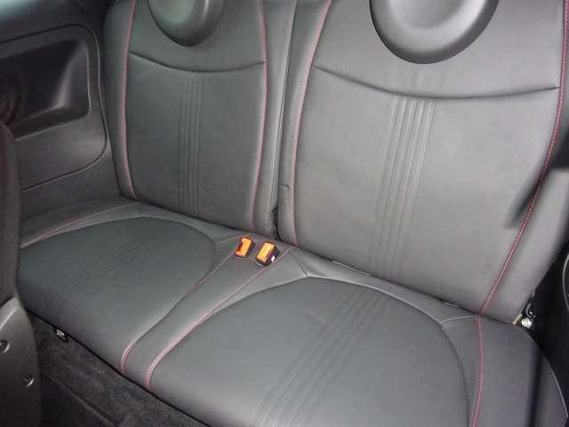 後席シートです。工夫された設計で少々狭めですが、大人がきちんと座れます。また分割式ですので、人や荷物に合わせてシートアレンジが可能です。キレイ!!