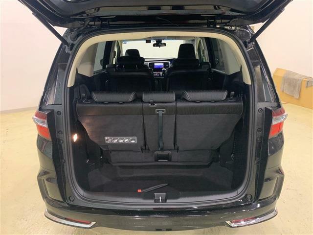 7人乗った状態でも、余裕で荷物が入るほど大きな室内空間を持っています!