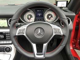 AMGスポーツパッケージが装備されておりますのでAMGスポーツステアリング/専用スポーツシート/レッドステッチレッドシートベルトが装備。