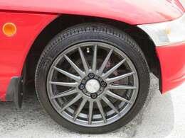 社外のアルミホイールが装備されています。タイヤの溝もたっぷり!