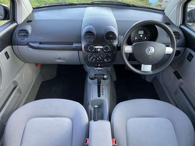 ニュービートルならではの「円」を基調としたインテリアデザイン♪運転する人も助手席の方もハッピーな気分にさせるかわいらしくも車のキャラクターに合ったインテリアです♪