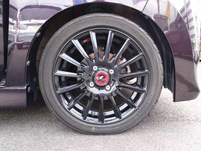 社外アルミホイールでお洒落に決まってます。タイヤの山も十分残っておりますので交換の必要はございません。