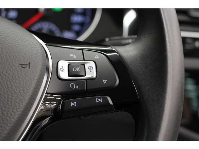 ステアリングを維持したまま、オーディオ操作が可能で、音声操作にも対応しています。