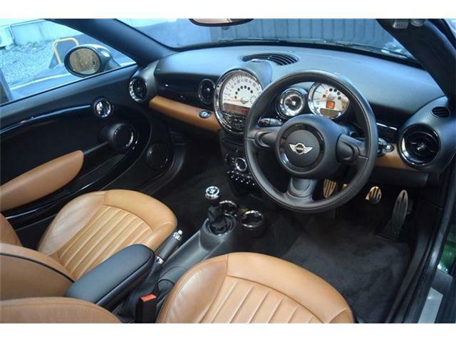 内装に目立つキズや匂いはなく、とても清潔感のあるお車です