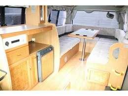 5m未満の車輌サイズでハイルーフの室内高が高く過ごしやすい内装です☆