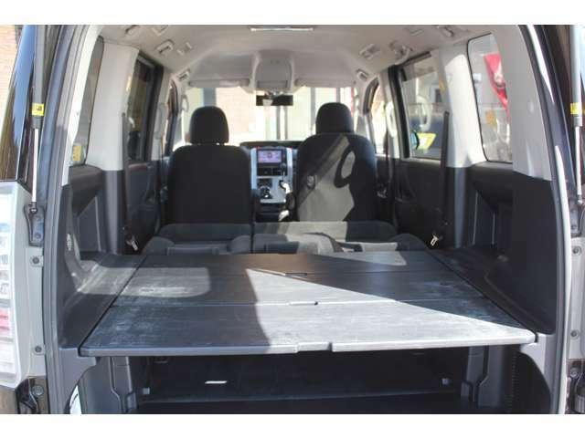 サードシートは無く、3枚組のフラットボードがセットになっています。