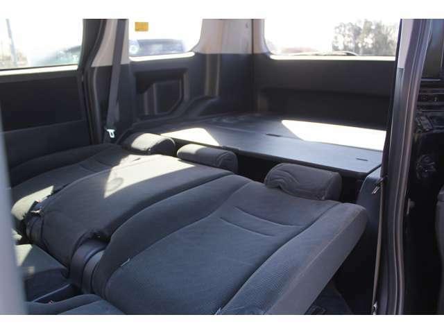 セカンドシートを倒して、キャンプマット&寝袋などで車内泊ができます。ね