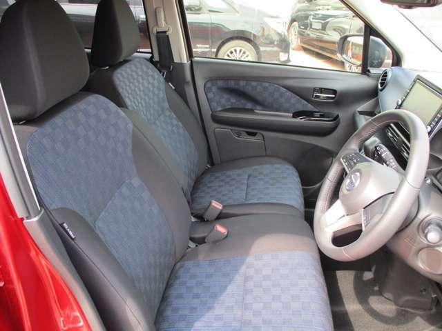 ドライバーの方と助手席の方が座るシートです。実際にお座りいただくのが、分かりやすいと思います。お気軽にご来店ください。