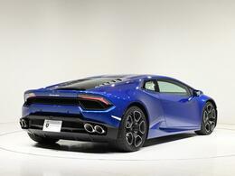 ブルーの鮮やかなボディに合わさるブレーキキャリパーはシルバになります。