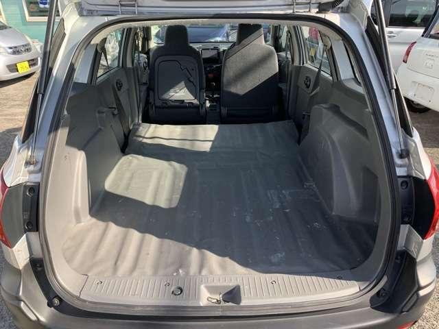 バンのお車ですのでシートを畳めば、これだけの荷室スペースがあります! 何を積んでもあなた様の自由! お仕事に使うも良し! ちょっと寝転がって積み込まれる荷物の気持ちになるも良し! 使い方は無限大です!