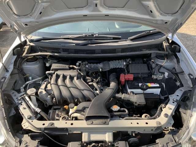 エンジンはタイミングチェーン式です。 タイミングベルト式とは違い、10万km走っても10年経っても、基本的には交換は不要です。 エンジンルーム内も当店のスタッフが心を込めて高圧洗浄機で綺麗にしました!