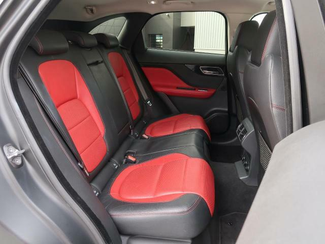 後部座席も十分な広さを確保。大人がしっかり乗っていただける広さです。ジャガー・ランドローバーの持つ理想の自動車工学で造形された、伝統と新しさの兼ね備えたインテリアをお楽しみください♪
