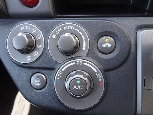 オートエアコン操作部はユニークなデザインです。