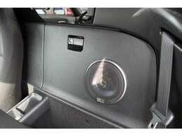 シート背面収納BOX部分に追加スピーカーをインストール♪運転席後ろにもございます!