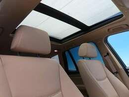 ●パノラマミックガラスサンルーフ(メーカーオプション):大迫力のパノラマルーフは、後部座席にまで続いており、開放的な空間をお楽しみいただけます。