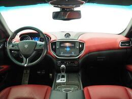 インテリアは8方向電動調整式フロントシート、カーボンインテリアトリム、シートヒーターが装備され、スポーティーな走りの楽しみと快適性を両立。