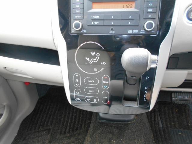 空調はオートエアコンで快適です♪ タッチパネル式なのでスムーズな操作が出来ます。