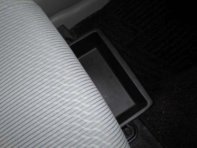 助手席シート下には便利なアンダーボックスを装備!