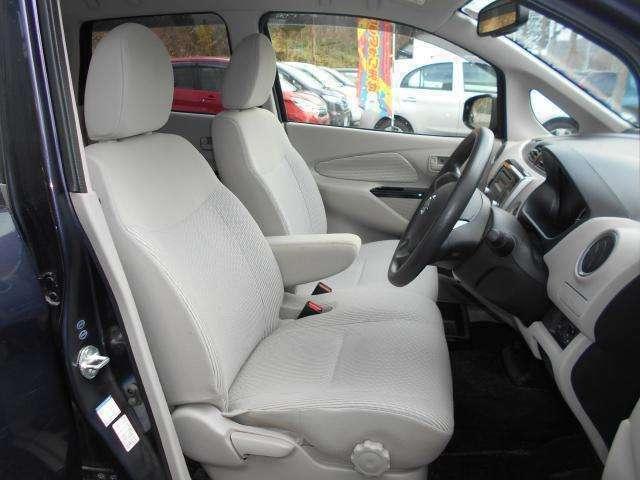 運転席&助手席  運転席にはシートリフター(高さ調整機能)付きなので身長に関係なく運転しやすいポジションがとれます。 中央部にはアームレスト(肘掛)を装備!