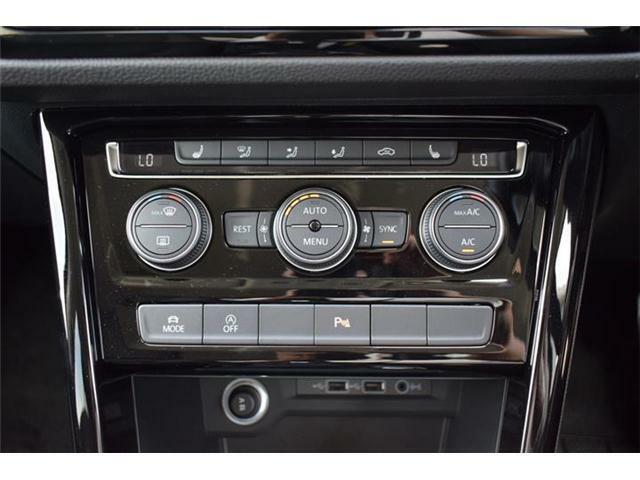 3ゾーンフルオートエアコンディショナー。運転席と助手席と後席の3つのゾーンで温度などを独立して設定できます。シートヒーター(運転席/助手席/2列目左右)装備。ドライビングプロファイル機能搭載。