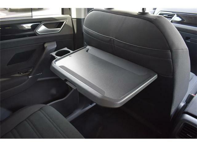 シートバックテーブル:運転席と助手席のシートバックには折り畳み式のテーブルを装備。