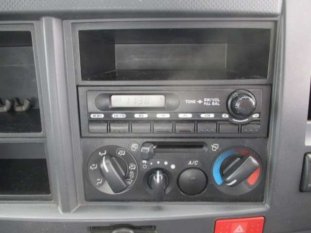AM/FMラジオ!操作も簡単マニュアルエアコン付きでキャビン内も快適!