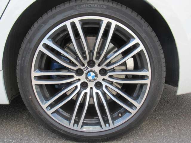 BMW Premium Selection延長保証:2年間または1年間の保証延長が可能です。さらに、延長保証期間中は、BMWエマージェンシー・サービスが付帯されますので安心です。長く乗りたい方にオススメです。