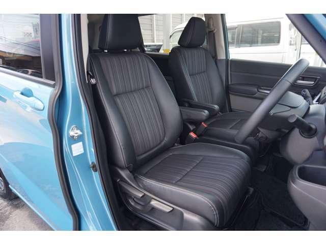 【1列目シート】充分な広さを確保した、快適な前席!特に足元の広さをおわかり頂けますか?アームレスト付ですので長距離ドライブも楽になります♪