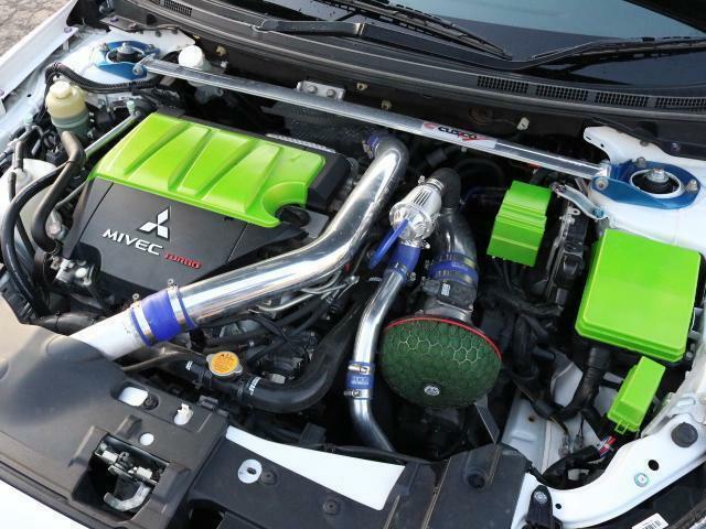 緑色が印象的なエンジンルーム。ブローオフ装着やパイプ類など手が入っております!!