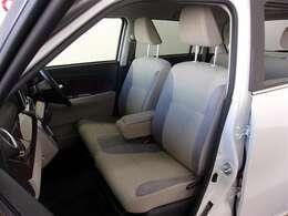 フロントシートはベンチシートですが、左右別々にスライドします。