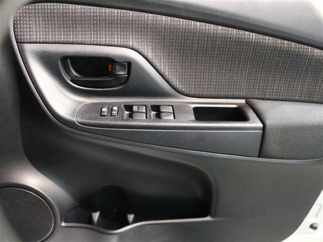 運転席はオート機能付のパワーウィンドウです! ドアポケットにボトルホルダーも付いております!