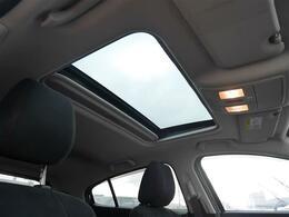 【 サンルーフ 】開放的な空間でドライブを楽しみませんか?車内には爽やかな風や太陽の穏やかな光が差し込みます☆