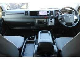 6速AT/Wエアバッグ/ABS/キーレス/イモビライザー/VSC(横滑り防止機能)/電動格納式ドアミラー/社外ETC車載器/フロントオートエアコン/リヤクーラー/リヤヒーターが装備されています。