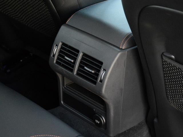 リヤにもエアコン吹き出し口を配置。乗員全員が快適なドライブをお楽しみいただけます。