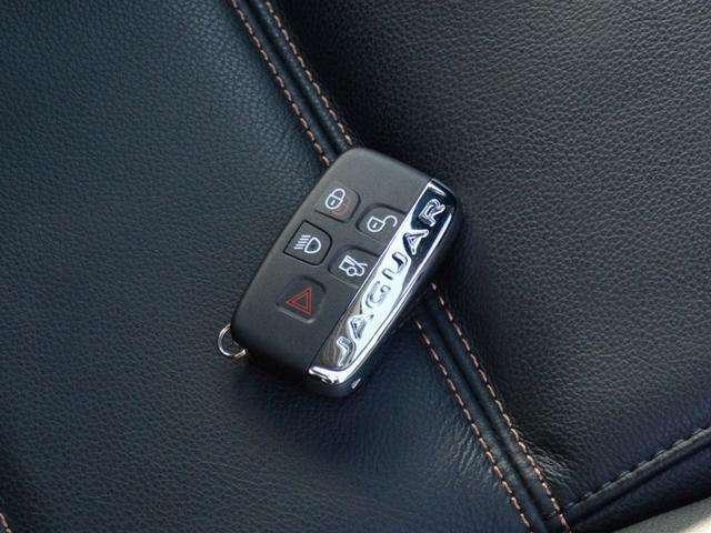 スマートキー。ポケットやバックに入れているだけで乗り込みから降車まですべて鍵いらずで操作できます。
