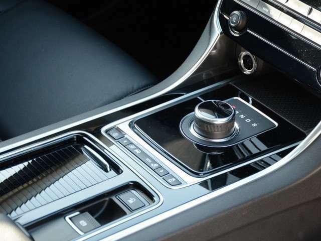 エンジンを始動すると同時に出現するギアセレクター。ドライブ好きの心をエンジンスタートからくすぐります。