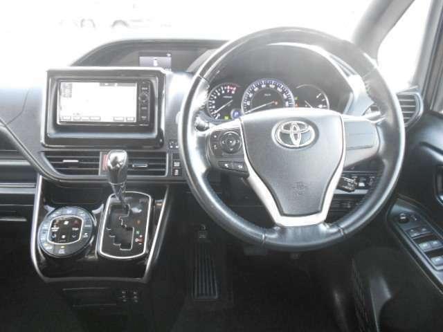 落ち着いた色使いの運転席周り!飽きの来ないすっきりとしたデザインがいいですね!