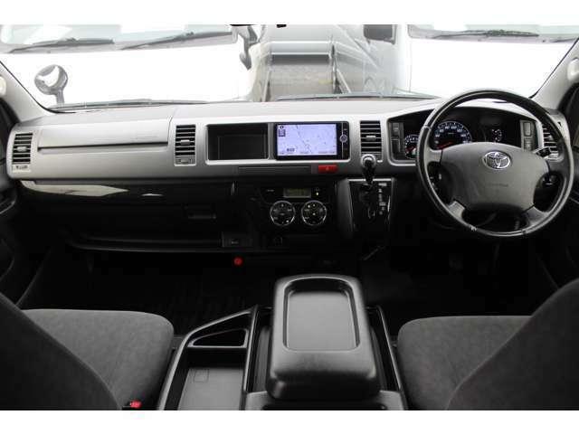 Wエアバッグ/ABS/キーレス/イモビライザー/アクセサリーコンセント(AC100V)/クリアランスソナー/電動格納式ドアミラー/フロントオートエアコン/リヤクーラー/リヤヒーターが装備されています。