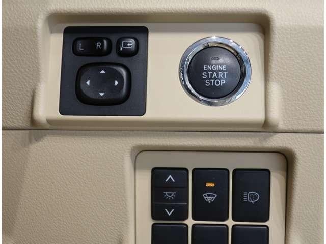 プッシュスタートです♪キーが車内にあれば、エンジンの始動・停止はブレーキを踏んでスイッチを押すだけ!キーを取り出す手間を省き、ワンプッシュで操作するので簡単でスムーズ!