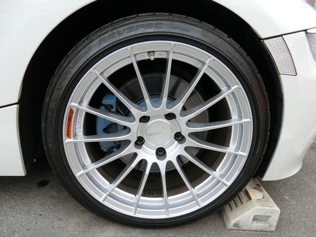 エンケイ18インチAWですこのお車によく似合っていますねタイヤは3分山くらいです。