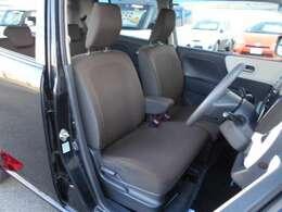 チョコレート色のフロントシートは、センターアームレストを備えたベンチシートタイプで、だれが座っても快適な広さです。