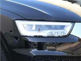 昼に近い光で正確に道路を照射するLEDヘッドライトは、夜間の運転での安全な視界を確保します。