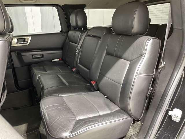 通常は固定となるセカンドシートにはリクライニングキットを装着してあります。これだけでもロングドライブ時は違います。