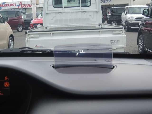 運転席前にはヘッドアップディスプレイがあり、視線を外さずに自車速度等が確認できます。